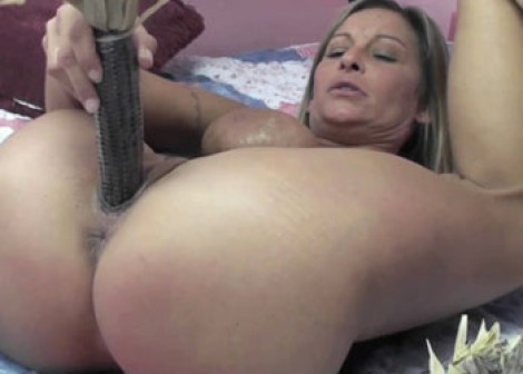 Mature slut Leeanna is fucking corn