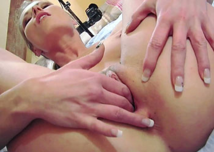 Czech hottie Daryl makes her pussy cum